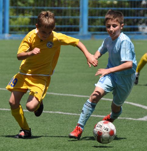 Играют в футбол самые маленькие футболисты